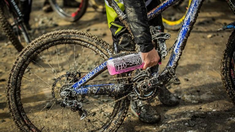 Mountainbike, das mit Muc Off Bike Cleaner gereinigt wird.