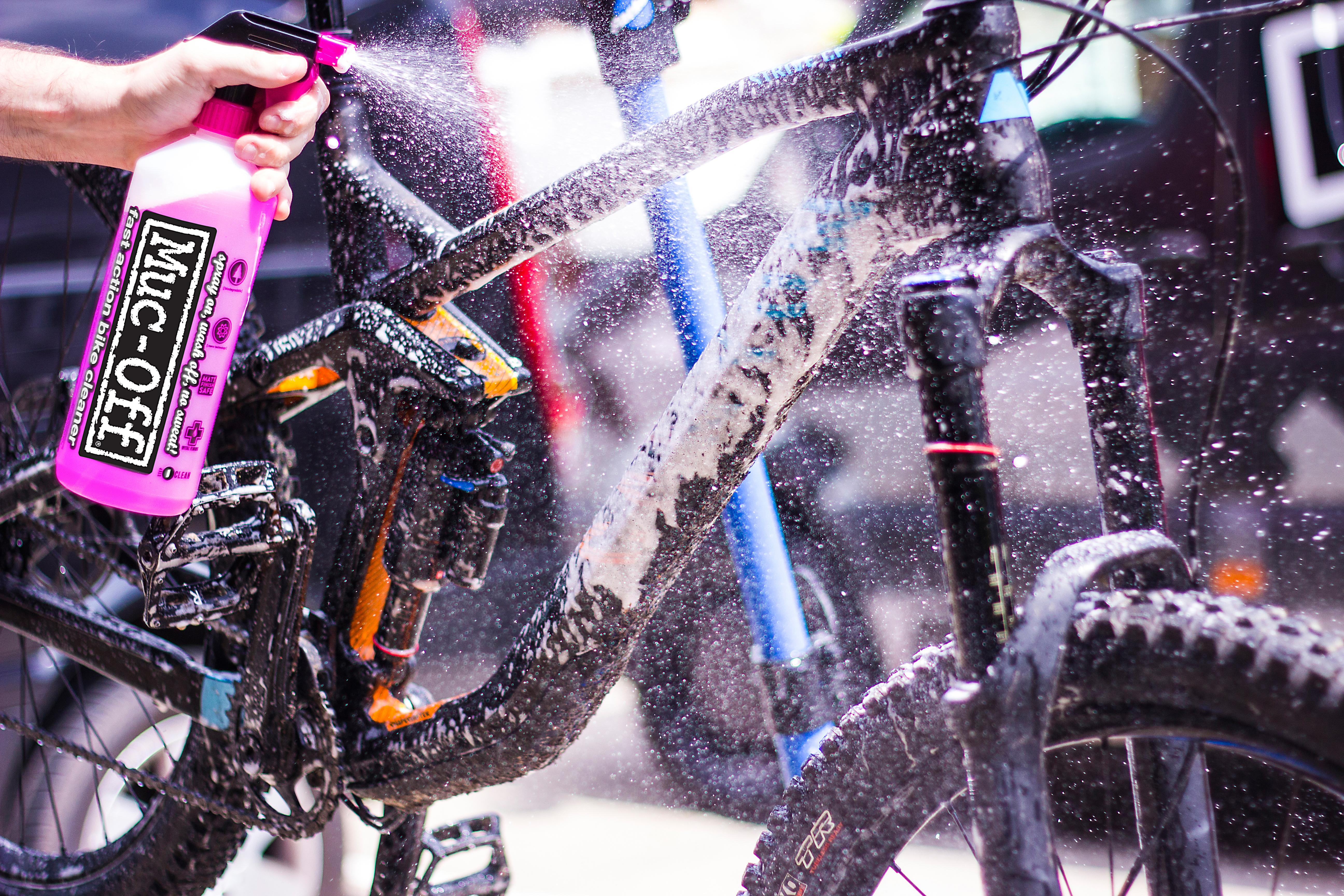 Mountainbike wird mit Muc-Off Bike Cleaner gereinigt.